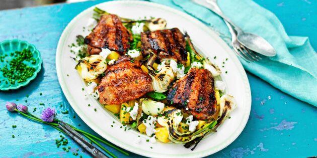 Läckra grillade kycklinglår och fräsch sallad med gulbetor