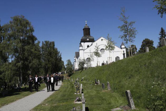 Järvsö kyrka rymmer 1 000 personer, och det var mer än fullsatt när Lill-Babs lades till sista vilan.