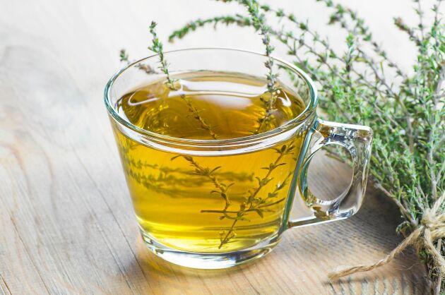Infusion av örter, liknar ett starkt te.