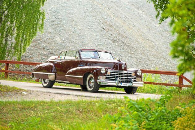 Christer väcker uppseende med sin glänsande Cadillac på vägarna.