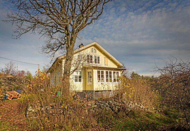 Merparten av husen på Kråkerön är kvar sedan den tid då de boende livnärde sig på fiske och jordbruk.