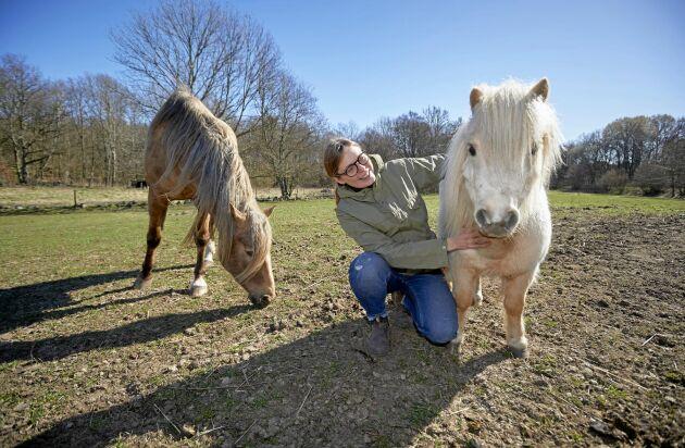 I och med köpet av gården fick Sofia äntligen plats för ett eget stall. Här med hästen Billie Jean och ponnyn Jasmine.
