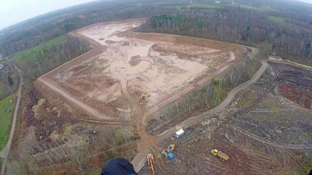 Dammen byggdes på skogsmark vilket innebar mycket arbete med bortforsling av stubbar, jord och sand. Själva dammen är sex hektar stor, två meter djup, och sysselsatte entreprenören i fyra månader.