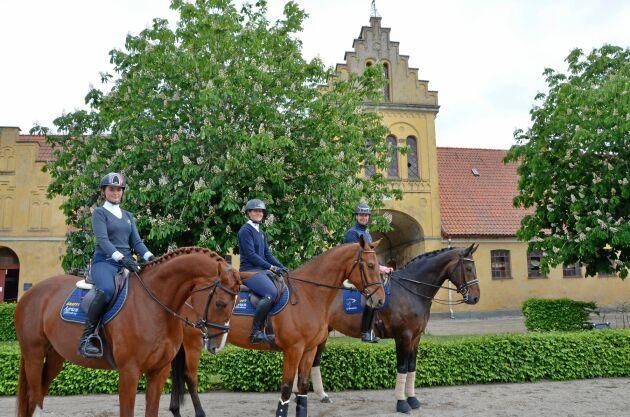 Anne, Anna och Olof till häst framför före detta chefsbostaden på Flyinge.