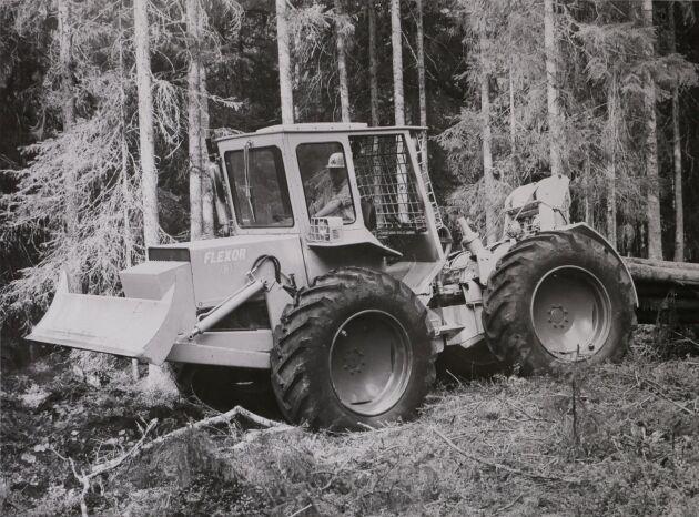 Flexor S tillverkades av AB Farming, ett Saab-Ana-företag. Lunnaren hade en 4-cylindrig Perkinsmotor på 73 hästkrafter och en Sepsonvinsch med 50 meter lina. Linhastigheten var 30-40 meter per minut. Bilden är från 1968.