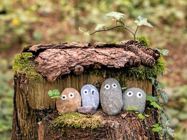En familj av sten får ett stubbhus med barktak.