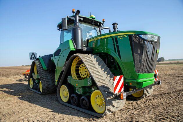 John Deere 9520RX är ett rejält muskelpaket avsett för de riktigt tunga jobben. Med 572 hästkrafter är det den största och tyngsta traktorn som ATL har provat. Bandaggregat och midjestyrningen gör den ändå smidig att köra.