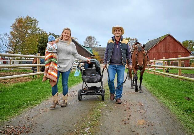Moreno och Emelie lever sitt drömliv på sin gård, med sonen John, sina hästar, hund och katter.