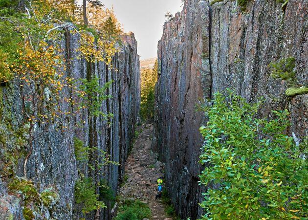 I Skuleskogens nationalpark finns den 200 meter långa Slåttdalsskrevan, som delar Slåttberget i två delar.