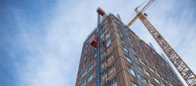 De tio understa våningarna är tillverkade av trä, medan de övre våningarna är tillverkade av betong för att hålla ihop konstruktionen.