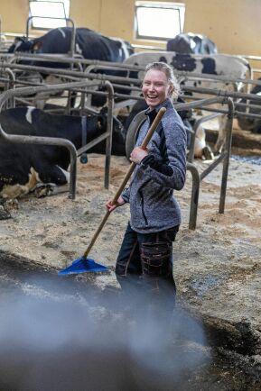 Johanna är den som tillbringar mest tid hos korna. När hon gör rent i stallet ser hon också hur korna mår för dagen.