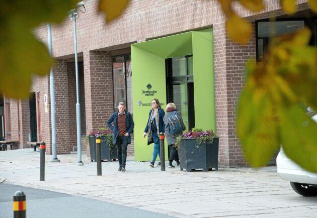 Inhyrda konsulter och fast anställd personal arbetar tillsammans i Jordbruksverkets lokaler i Jönköping med att bygga ett IT-system för jordbrukarstödet. Kostnaden är 660 miljoner kronor.