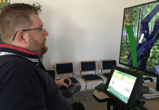 Joakim Söderberg, utbildningssamordnare på Skogstekniska i Alfta, testar maskinsimulatorer till skolans utbildningar.