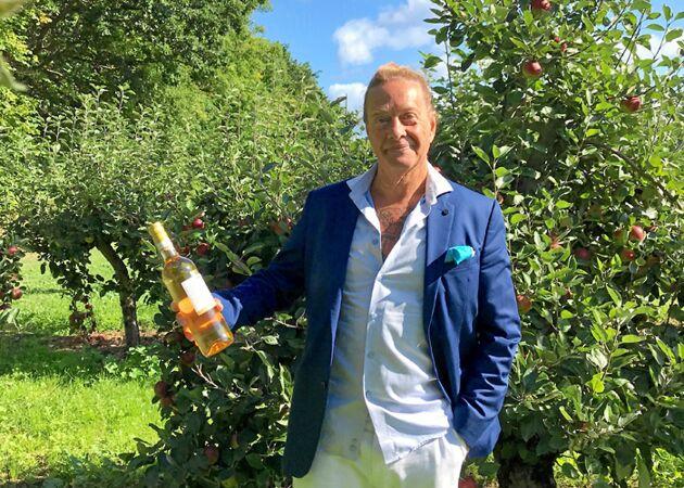 Björn Ranelid är en känd Österlenprofil som nu satt sitt namn på en äppelmust från Kivik musteri.