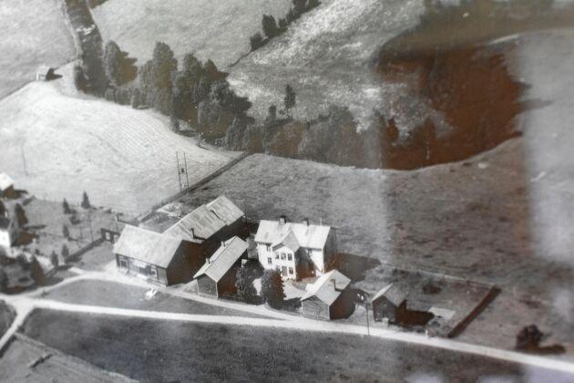 Gården har varit i Mattias släkts ägo sedan 1800-talet. Här en flygbild, troligen från 1940-talet.