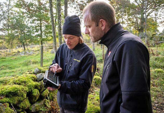 Syftet är inte bara att hitta avvikelser när fältkontrollanten Kristofer Andersson granskar Erik Svantessons marker i förhållande till stödansökan.