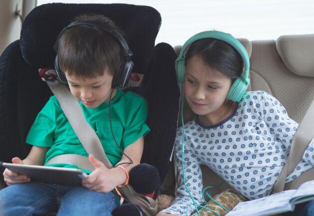 Säkra upp med surfplatta eller dator, gärna en per barn så minskar konfliktytorna.