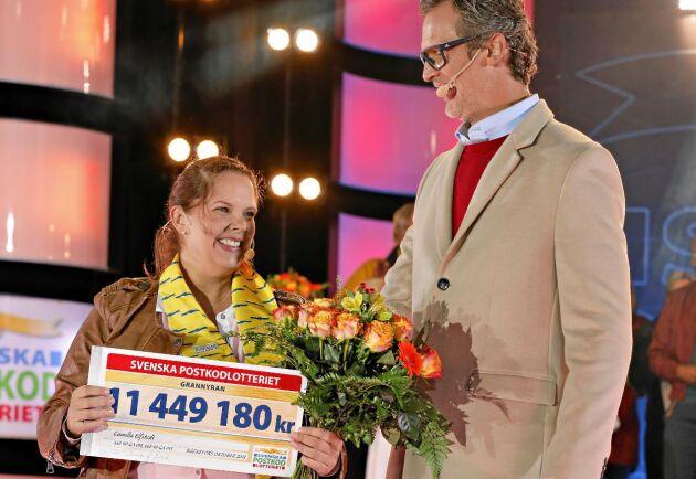 Det var en glad och mycket överraskad Camilla Elfstedt som fick ta emot över elva miljoner kronor av Rickard Sjöberg.