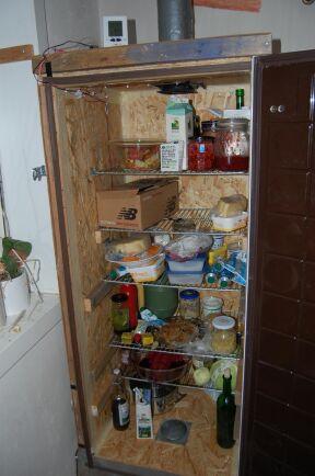 Det viktigaste för Karin och Henrik är att inte maten förstörs. Behöver man slänga den är miljövinsten förlorad. En egenbyggd kyl är ett smart grepp. Foto: Privat.