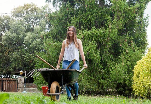 Städa bort onödig plast i din trädgård och byt till hållbara material.