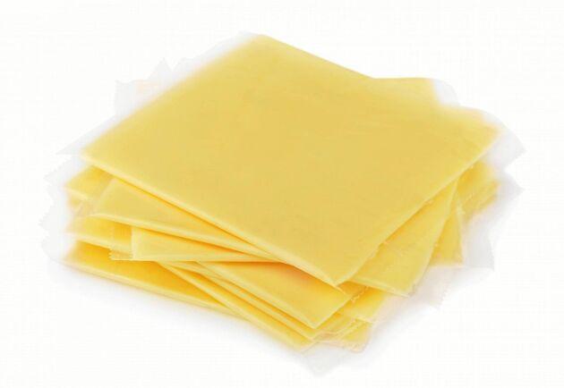 Knappt 45 procent av osten som säljs i Sverige har svenskt ursprung, en siffra som sjunkit med runt 20 procentenheter på 10 år.