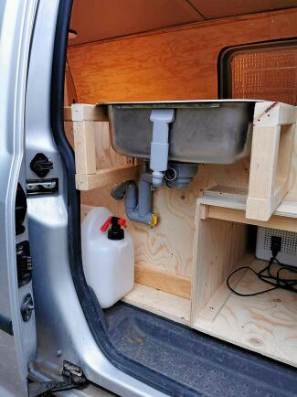 Praktisk anordning med diskho och plats för flera vattendunkar och dunk för slaskvatten.