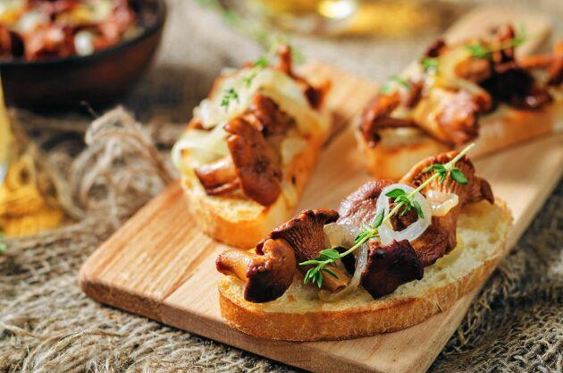 Bästa möjliga kvällsmacka med färska smörstekta kantareller på frasigt surdegsbröd.
