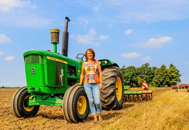 Trivsel. Lottas Arndts favorit av traktorerna på gården i Sebbarp är John Deere 5020.