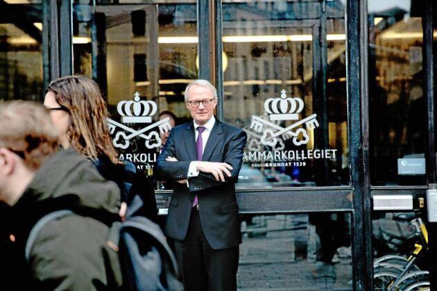Kammarkollegiets generaldirektör Gunnar Larsson vill inte uttala sig specifikt om den kritik som riktas mot advokatfiskal Nils Leine, som arbetar med tillståndsärenden för småskalig vattenkraft samtidigt som han privat sympatiserar med en organisation som vill riva ut denna verksamhet.