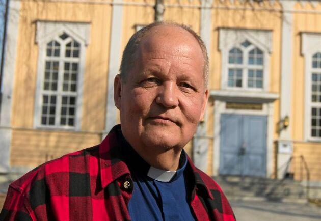 Kimmo Sulila, kyrkoherde i Råneå församling, protesterar mot skolnedläggningarna.