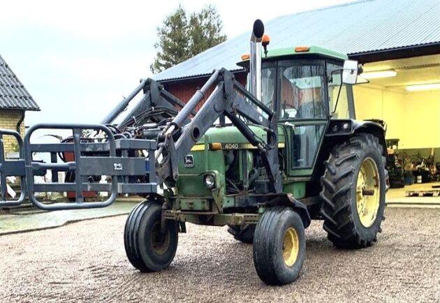 Kolla pipan! Pontus Thor har slängt på ett 6 tums rör på sin John Deere 4040. Han berättar också att det är en 1981:a och traktorn duger bra till att bära in balar till hästarna och att köra och köpa glass med på sommaren.
