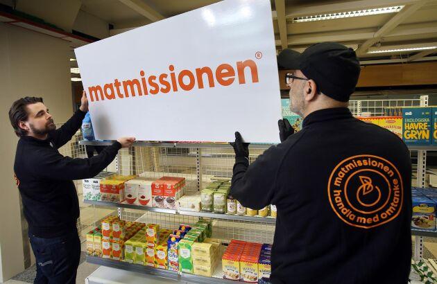 Johan Rindevall, verksamhetschef på Matcentralen, sätter upp skylten i Matmissionens butik i Hägersten som öppnade i mars i år.