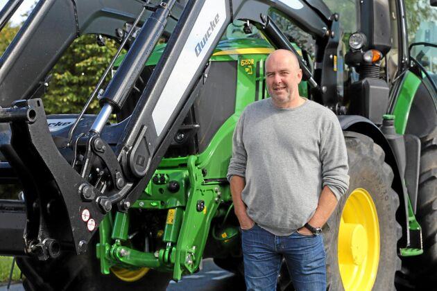 Sex. Bara sex klass B traktorer i Sverige får köra i 50 kilometer i timmen. ATL:s Anders Nilsson har provkört en av dessa, en John Deere 6250R.