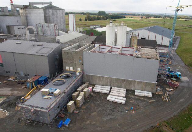 Byggandet av den nya fabriksdelen har kommit ungefär halvvägs och förväntas bli färdigt i vår.