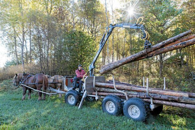 Torbjörn med sin egenbyggda griplastarvagn som är 180 centimeter bred.