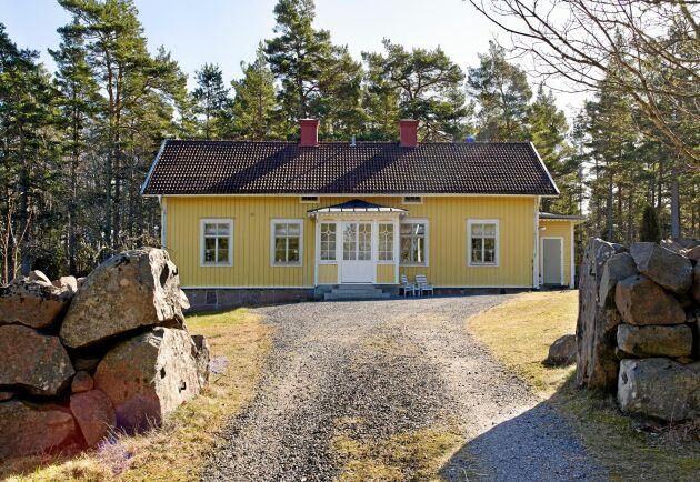 Familjens vackra, gamla skola ligger på en höjd alldeles intill skogen i småländska Bussvik med härlig utsikt över äng och hav.