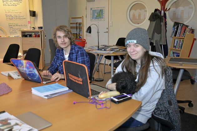 Patrik Forsman 18, Linnea Ljunggren, 17, och pudeln Milla har lektion tillsammans.