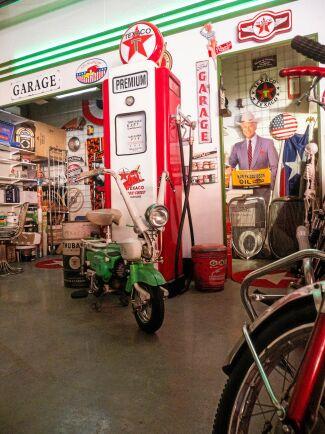 """Motorcykeln är en ihopfällbar italiensk modell, Garnielli Graziella, från 60-talet. Eftersom man kunde fälla ihop och ställa den på högkant, var den perfekt att ta med på bussen, tåget eller båten."""""""