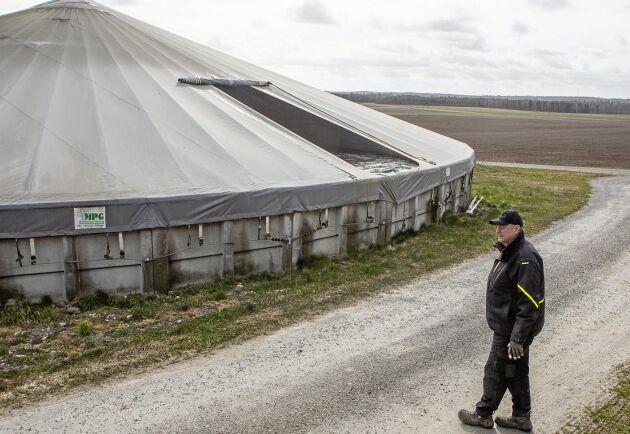 Två av gårdens gödselbrunnar har tak för att minska läckaget av bland annat metangas.