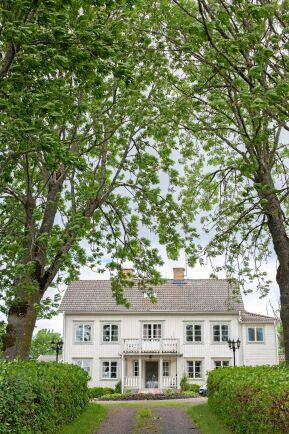 Lantbruket startades av systrarnas farfars far. Deras farmor och farfar bor i ett av husen på gården.