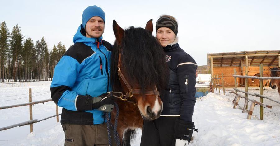 Sedan 2008 har Elin och Jonas Nordlund utvecklat verksamheten på Backfors gård. De har fått mycket råd och hjälp på vägen, i dag ger de tillbaka och utbildar andra om hästar.