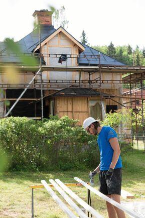 Pontus i målartagen under den stora, men varsamma renoveringen av huset.