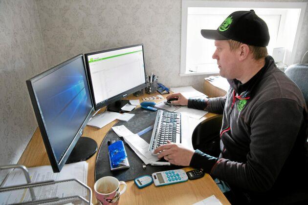 Erik Pettersson besväras av ökade kostnader till följd av stillastående maskiner i sommartorkan.