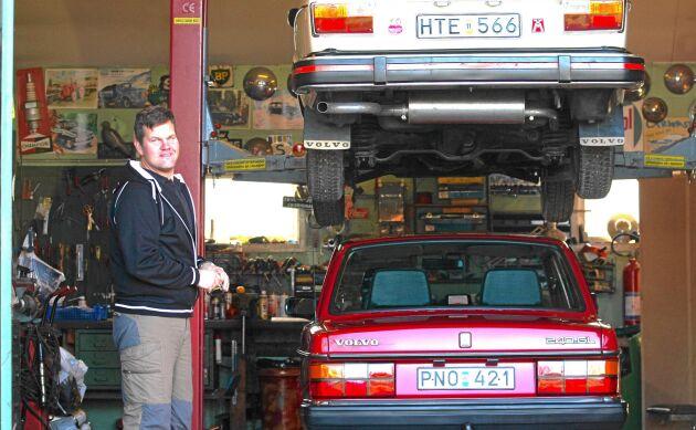 Proffsig bilmekarutrustning i ladan. Här har Henrik hissat upp en av sina Volvo 240-bilar.