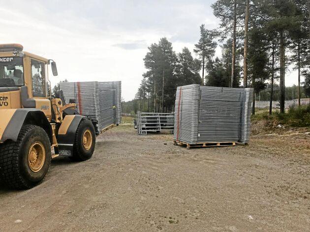 150 grindar ligger staplade på skidstadion i Sveg, ytterligare 50 finns i Lillhärdal. Ett hägn på 60 hektar och 80 hektar inhägnat bete erbjuds av bönder som är redo att hjälpa till om djur måste räddas undan bränderna.