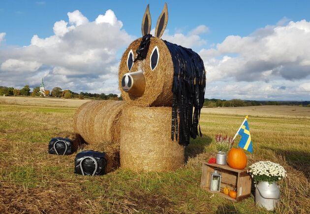 Häst skapad av balar inför årets konstnatt.