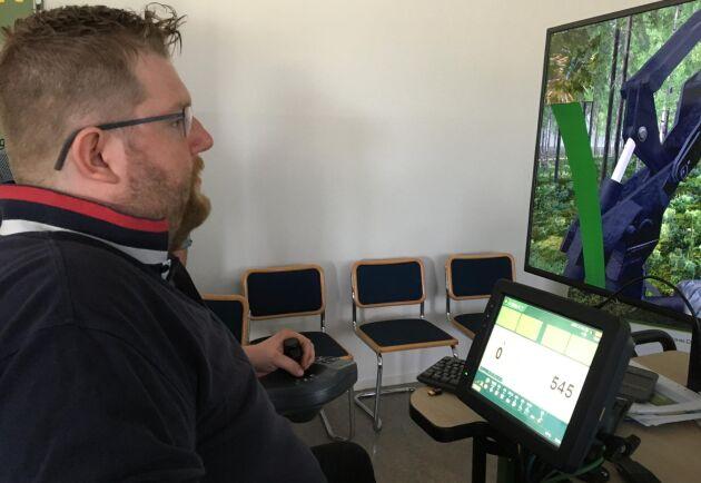 Maskinsimulator är ett vanligt verktyg i maskinutbildning, Joakim Söderberg, Alfta, testar simulator hos John Deere.