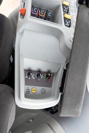 Med den lilla ratten längst till höger ställer man steglöst in motorns egenskaper i förhållande till transmissionen från Eco till Power. Enkelt och överskådligt.