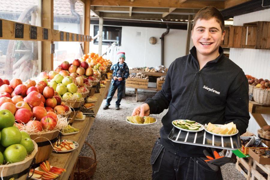 Land.se skriver om bröderna Fakhro som förvandlade en övervuxen gård till en marknadsplats.