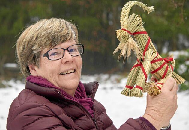 Brita Persson i skånska Verum kan hantverket att göra halmslöjd till julpynt. Den sittande julbocken är hennes egen design.